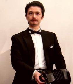 コンサーティーナを弾くテノール齋藤